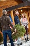 Glücklicher Mann und Frau auf Berg Lizenzfreie Stockbilder