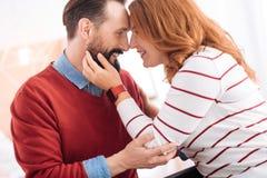 Glücklicher Mann und Frau, die sich umarmt Stockbild