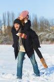 Glücklicher Mann und Frau Junge Paare auf Winter-Ferien Stockfoto