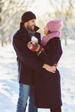 Glücklicher Mann und Frau Junge Paare auf Winter-Ferien Lizenzfreie Stockbilder