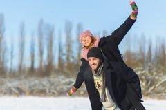 Glücklicher Mann und Frau Junge Paare auf Winter-Ferien Lizenzfreie Stockfotografie