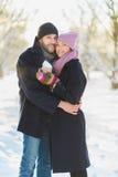 Glücklicher Mann und Frau Junge Paare auf Winter-Ferien Stockfotografie