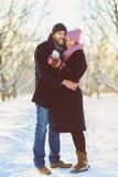 Glücklicher Mann und Frau Junge Paare auf Winter-Ferien Lizenzfreie Stockfotos