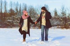 Glücklicher Mann und Frau Junge Paare auf Winter-Ferien Lizenzfreies Stockbild