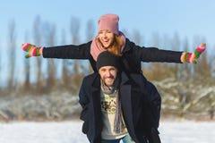Glücklicher Mann und Frau Junge Paare auf Winter-Ferien Stockbilder