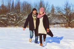 Glücklicher Mann und Frau Junge Paare auf Winter-Ferien Stockbild