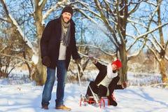Glücklicher Mann und Frau Junge Paare auf Winter-Ferien Stockfotos
