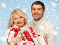 Glücklicher Mann und Frau mit vielen Geschenkboxen Stockfotos