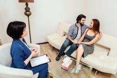 Glücklicher Mann und Frau sitzen zusammen und betrachten einander Ihr Anblick ist von der Liebe und von der Unterstützung voll Si stockbilder