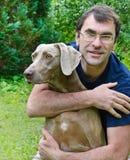 Glücklicher Mann und Hund stockfotografie