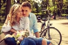Glücklicher Mann und nette blonde Frau mit Blumen Stockfoto