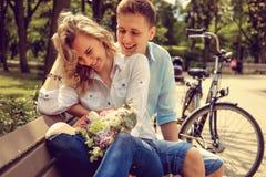 Glücklicher Mann und nette blonde Frau mit Blumen Lizenzfreie Stockfotos