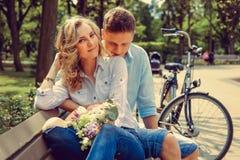 Glücklicher Mann und nette blonde Frau mit Blumen Lizenzfreie Stockbilder