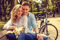 Glücklicher Mann und nette blonde Frau mit Blumen Stockbilder