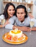 Glücklicher Mann und seine Frau, die seinen Geburtstag feiert Stockbilder