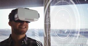 Glücklicher Mann in VR-Kopfhörer, der Schnittstelle betrachtet Stockfotografie
