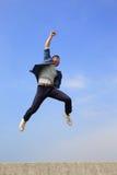 Glücklicher Mannlauf und -sprung Lizenzfreie Stockbilder