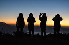 Glücklicher Mannschattenbildsonnenaufgang auf dem Berg Lizenzfreies Stockfoto