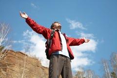 Glücklicher Mannwanderer, der seine Arme anhält Lizenzfreies Stockfoto