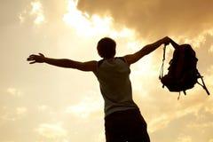 Glücklicher Mannwanderer, der seine Arme hält Stockfoto