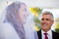 Glücklicher Minister, der Braut betrachtet lizenzfreies stockfoto