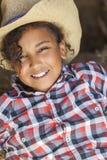 Glücklicher Mischrasse-Afroamerikaner-Mädchen-Kindercowboy Hat Lizenzfreie Stockfotos
