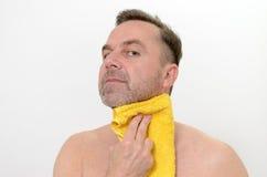 Glücklicher Mittelalter-Mann, der seinen Hals mit Tuch trocknet Lizenzfreie Stockfotos