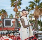 Glücklicher Modehändler in Barcelona, Spanien, das nahes Fahrrad steht Lizenzfreies Stockfoto