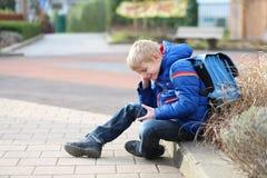 Glücklicher moderner Junge mit Handy Stockfoto