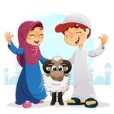 Glücklicher moslemischer Junge und Mädchen mit Schafen Stockfotos