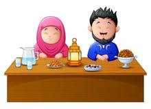 Glücklicher moslemischer Paarbruch, der zusammen fastet lizenzfreie abbildung