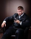 Glücklicher muskulöser Mann in der Klage Lizenzfreie Stockfotografie