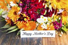 Glücklicher Mutter ` s Tag, Gruß-Karte, mit Blumenstrauß des Frühlinges blüht lizenzfreie stockfotos