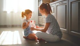 Glücklicher Mutter ` s Tag! Kindertochter beglückwünscht ihre Mutter und Lizenzfreies Stockfoto
