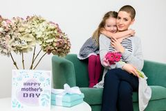 Glücklicher Mutter`s Tag Nettes kleines Mädchen, das Mutter zum Muttertag beglückwünscht Mutter und Tochter lizenzfreie stockbilder