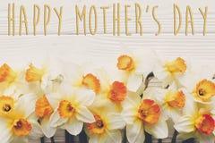 Glücklicher Mutter ` s Tagestext flache Lage des Frühlinges mit Blumennarzissen Lizenzfreie Stockfotos