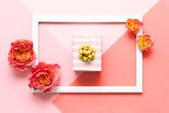 Glücklicher Mutter-Tag, der Tag der Frauen, Valentinsgruß-Tag oder Geburtstags-Rosa-farbiger Pastellhintergrund Flacher Lagespott stockfoto