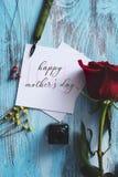 Glücklicher Muttertag der Rotrose und -textes in einer Anmerkung stockbilder
