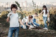 Glücklicher netter Junge, der die Umwelt speichert lizenzfreie stockbilder