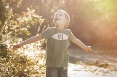 Glücklicher netter Junge, der draußen geht Lizenzfreie Stockfotos