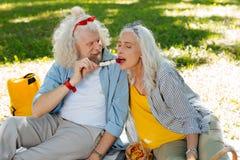 Glücklicher netter Mann, der seine Frau einzieht stockfoto