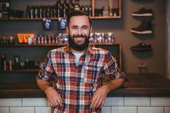 Glücklicher netter Mann mit Bart im Friseursalon, nachdem Friseur besucht worden ist Stockbilder