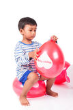 Glücklicher netter Spielballon des kleinen Jungen Lizenzfreies Stockfoto