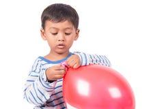 Glücklicher netter Spielrotballon des kleinen Jungen Lizenzfreie Stockfotos