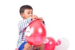 Glücklicher netter Spielrotballon des kleinen Jungen Lizenzfreie Stockbilder