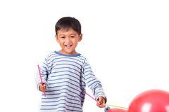 Glücklicher netter Spielrotballon des kleinen Jungen Stockfotos