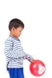 Glücklicher netter Spielrotballon des kleinen Jungen Stockfotografie