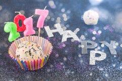 Glücklicher neuer Kuchen 2017 mit Kerzen Stockfotos