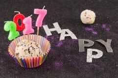 Glücklicher neuer Kuchen 2017 mit Kerzen Stockbild