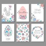 Glücklicher Ostern-Kartensatz mit buntem Blumengekritzelhintergrund und dekorativen Eiern Stockbild